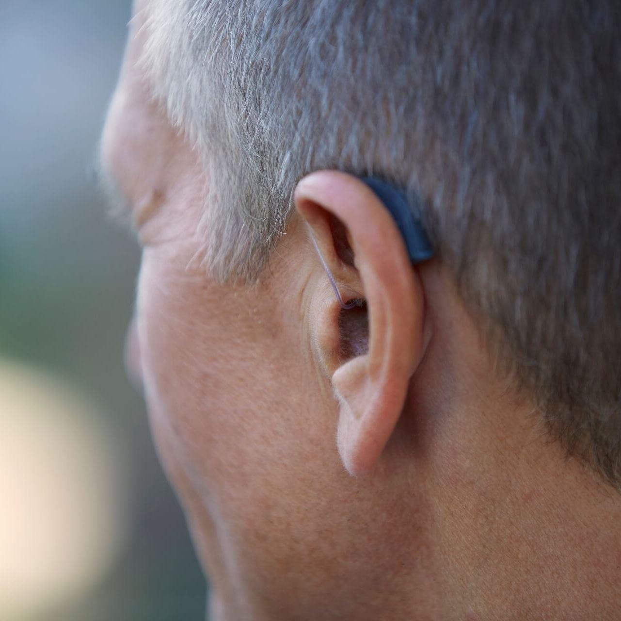audifono BTE en oreja